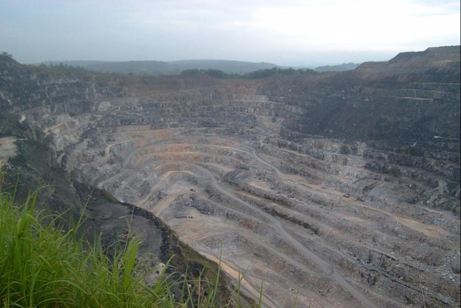 Cava da mina de fosfato da Mineração Bunge em Cajati na região do Vale do Ribeira. Foto: IPT
